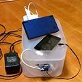 写真: 積み重ねボックスで充電ステーション