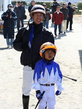 120219ポニーレースin川崎-入場待ち-佐藤博紀騎手と翔馬くん