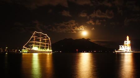 月下の海王丸と桜島(DSC01946)