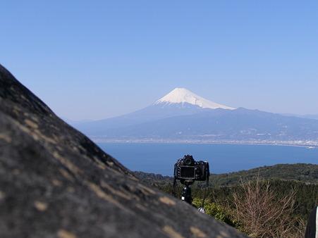 春昼の富士と他人のカメラかな