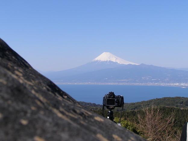 写真: 春昼の富士と他人のカメラかな