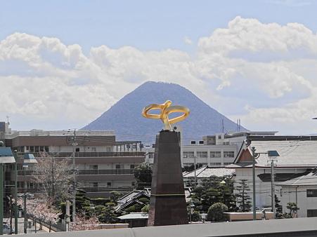 讃岐富士とモニュメント