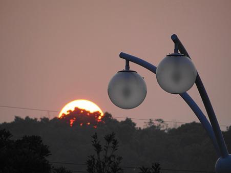 夕陽と街灯