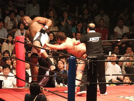 DDT 両国ピーターパン2011 〜二度あることは三度ある〜 男色ディーノvsボブ・サップ (14)
