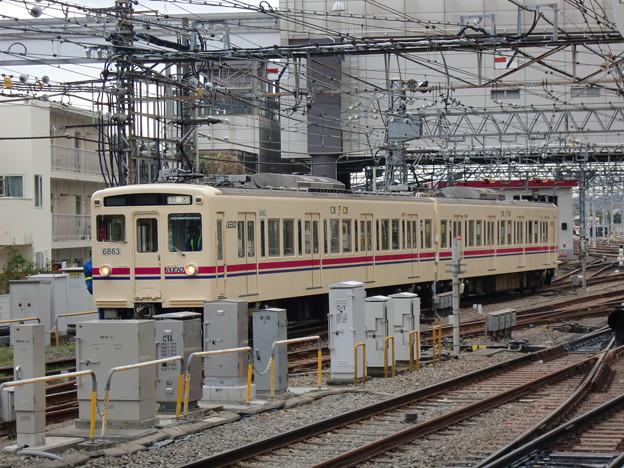 車庫で入れ替え作業中の京王6000系(6413F)