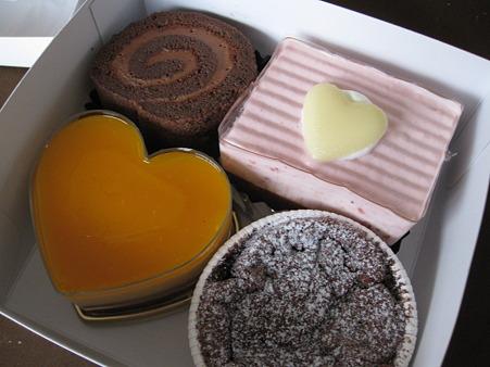 チョコレートのケーキが4つ
