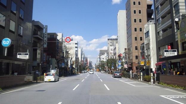 写真: 人形町通り。例年なら桜並木...