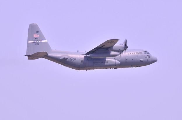三沢基地から飛び立つC-130Hハーキュリーズ輸送機?